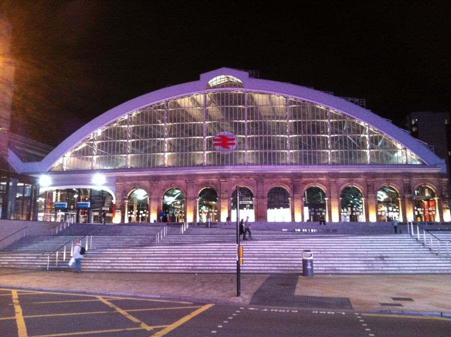 der Bahnhof bei Nacht