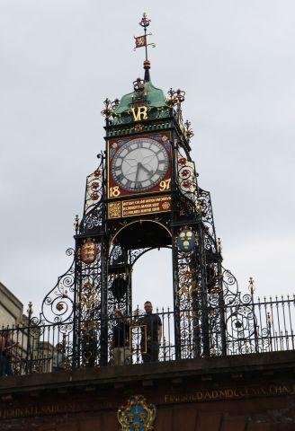 ein genauer Blick auf die imposante Uhr am Torbogen im Zentrum der Stadt