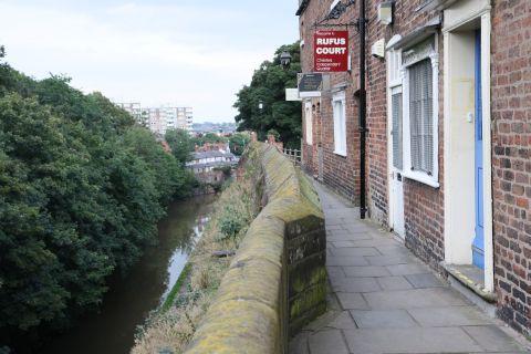 rund um die Stadt führt diese Steinmauer ...