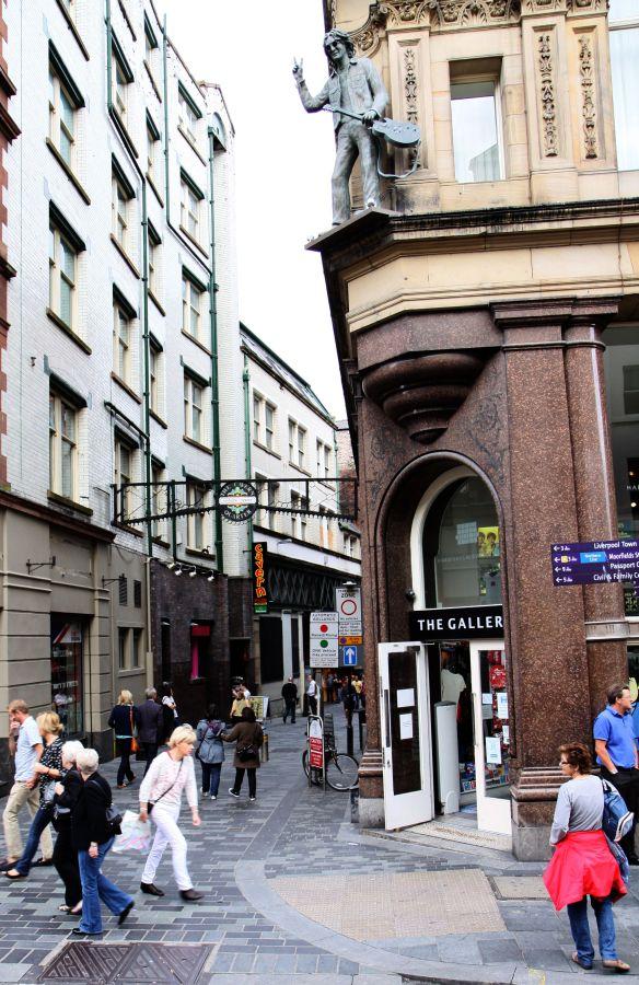 """Im Vorbeifahren erhascht: rechts das """"Hard days night"""" Hotel und daneben der Eingang zur Gasse in der sich das legendäre """"Cavern Pub"""" befindet ..."""