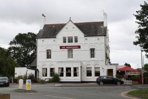 """... und das ist das Pub gleich gegenüber, das """"Weatsheaf"""" - weithin bekannt und berühmt berüchtigt ;-)"""