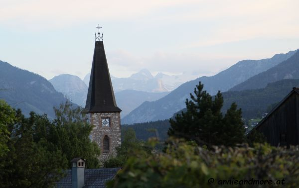 schöne Altausseerkirche mit dem Dachstein im Hintergrund